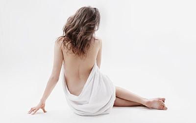 Женщины демонстрируют все тело за исключением половых органов - Лето
